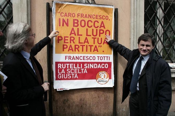 Aprile 2008: durante la campagna elettorale, comparvero manifesti pro-Rutelli (biancoceleset) firmati da Totti. Alemanno, lo sfidante «astenuto», sorride insieme a  Sgarbi (foto Jpeg)