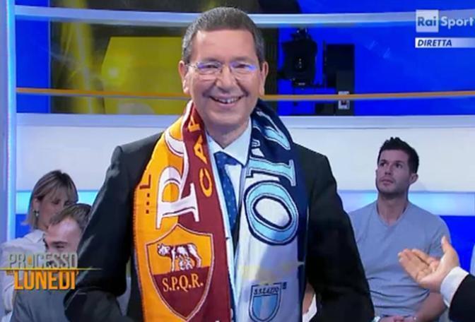 In vista del derby di domenica, Marino si è presentato con una sciarpa bipartisan in tv da Biscardi. Non tifoso (ma vicino alla Roma), per il neo-sindaco di Romè la prima stra-cittadina (foto Ansa)