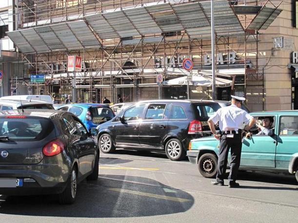 Lo sciopero dei trasporti del primo ottobre ha paralizzato il traffico a Roma. I vigili danno indicazioni agli automobilisti in coda a viale Manzoni (foto Jpeg)