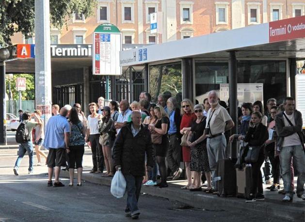 Alla stazione Termini  passeggeri in attesa dei pochi mezzi in circolazione (foto Jpeg)