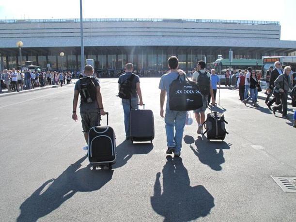 Alla stazione Termini  passeggeri in attesa e pochi mezzi in circolazione (foto Jpeg)