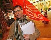 Un sindacalista volantina davanti all'Opera di Roma