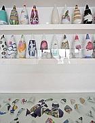 I vasi in esposizione: in basso i pezzi del vaso rotto (Jpeg)