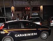 I carabinieri di fronte alla pizzeria davanti alla quale  è stato ucciso l'impiegato (foto Mario Proto)