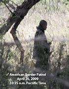 Un «guardiano del confine» sorveglia un gruppo di clandestini sul confine Usa-Messico