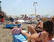 Primi bagni di sole sulla spiaggia di Ostia (Faraglia)