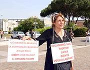 Dipedente di Alitalia in cassa integrazione protesta davanti alla sede durante la conferenza stampa di Colaninno (Ansa)
