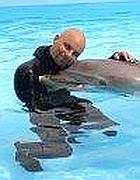 Arrigoni in piscina con Paco (foto da Facebook)