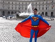 Il giovane palermitano che gira vestito da Superman (foto Mario Proto)
