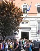 Studenti davanti al liceo Dante (Botteghi)