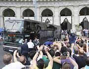 Tifosi davanti all'hotel degli inglesi del Manchester in piazza della Repubblica (Reuters)