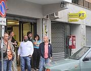 Clienti davanti all'ufficio postale di via Vaiano, dopo la rapina (foto Proto)
