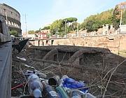Rifiuti a due passi dal Colosseo (foto Jpeg)