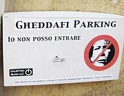 Uno dei volantini contro il leader libico (foto Ansa)