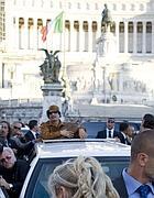 Il saluto dall'auto in piazza Venezia (Reuters)