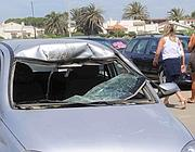 La macchina su cui è caduto il surfista ferito  in uno degli incidenti avvenuti nelle acque antistanti lo stabilimento Ocean's Surf, a Campo di Mare, a Cerveteri (foto Proto)