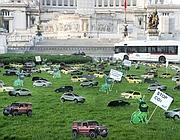Le minicar di cartone in piazza Venezia (Eidon)