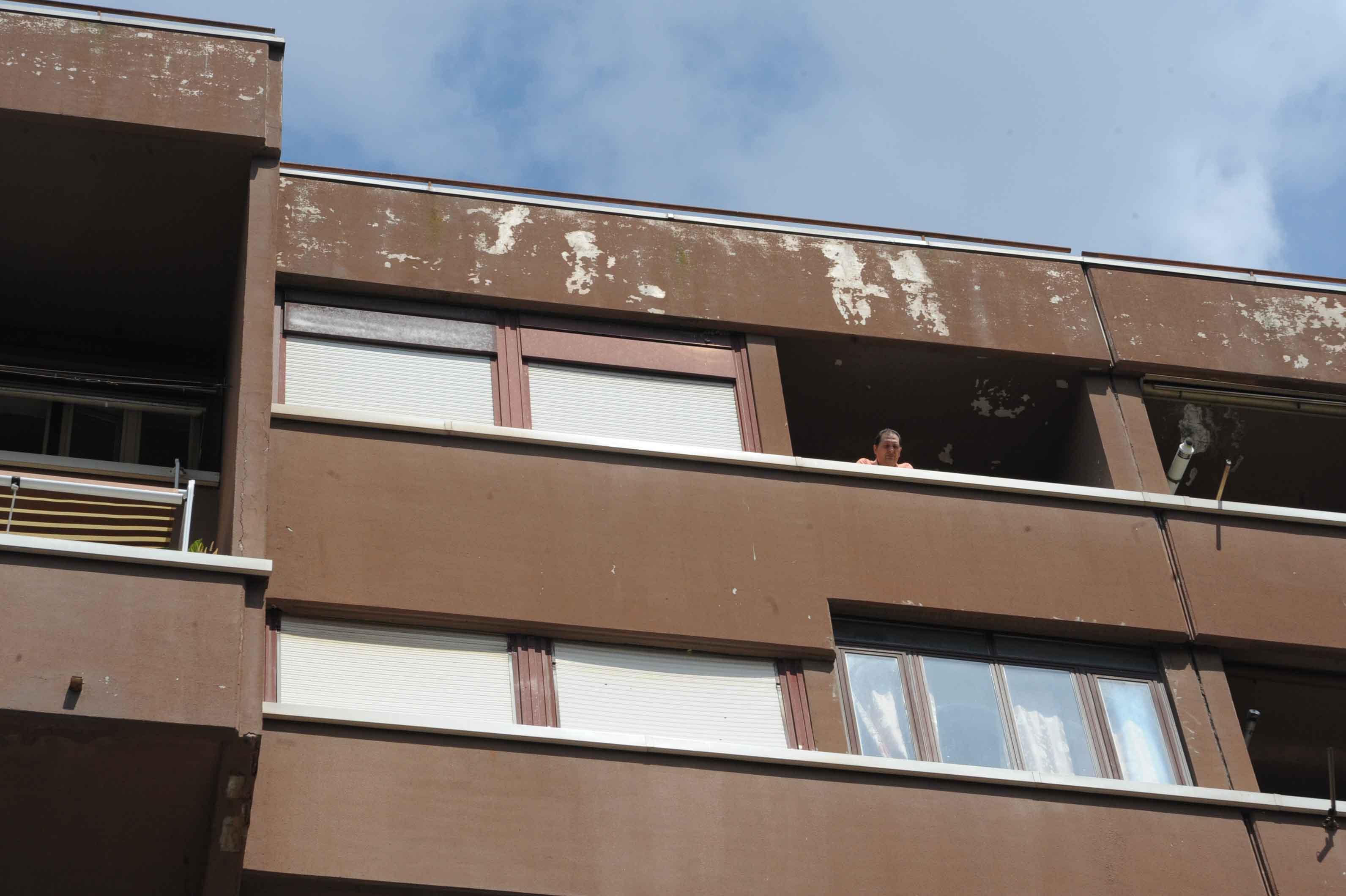 Il balcone dal quale è caduto il bambino (Foto Proto)