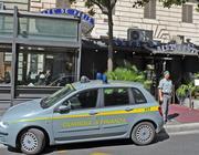 La finanza davanti al Café de Paris (Ansa)