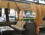 I tavoli del «Cafè de Paris» (foto presa dal sito)