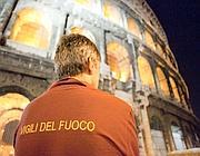 Un vigile del fuoco ai piedi del Colosseo dove è stato steso un pallone gonfiabile  (foto Eidon)