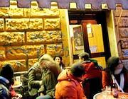 Giovani in un bar di Trastevere (Eidon)