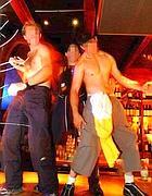 Ragazzi ubriachi ballano seminudi sul bancone di un pub (foto Jpeg)