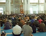 Musulmani in preghiera nella grande moschea di Forte Antenne