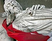Il sasso che regge il tricolore sulla spalla della statua di Mameli (Jpeg)