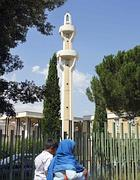 Fedeli entrano in moschea  a Roma (Omniroma)