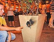 La fioriera danneggiata da una delle bombe carta nella Gay street  (Proto)