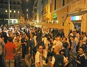 La folla nella Gay street (Ansa)