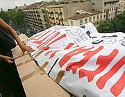 Il manifesto dei precari della scuola sul tetto del Provveditorato (foto Jpeg)