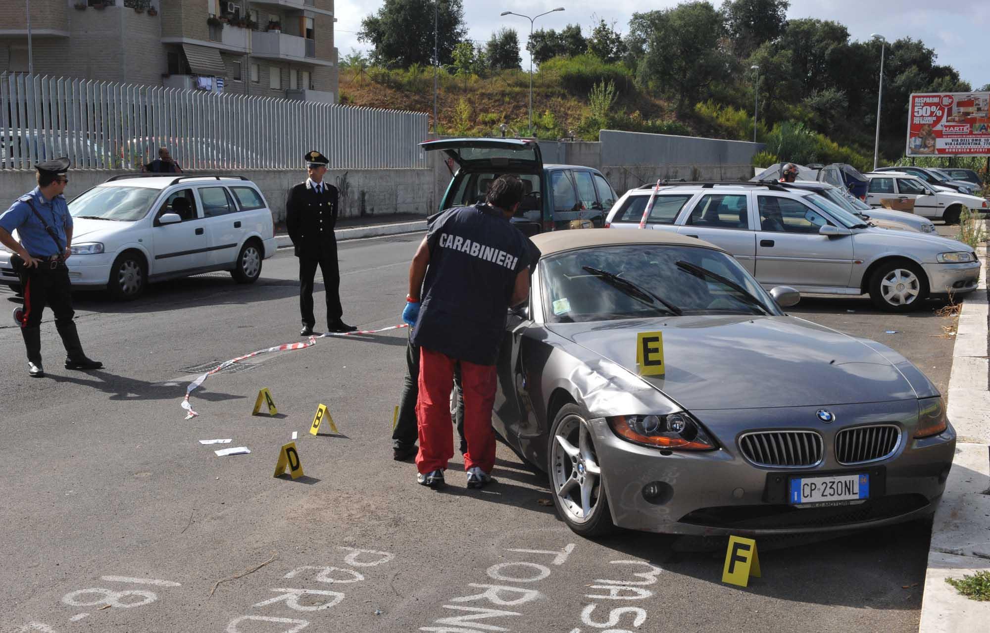 I rilievi dei carabinieri (foto Mario Proto)