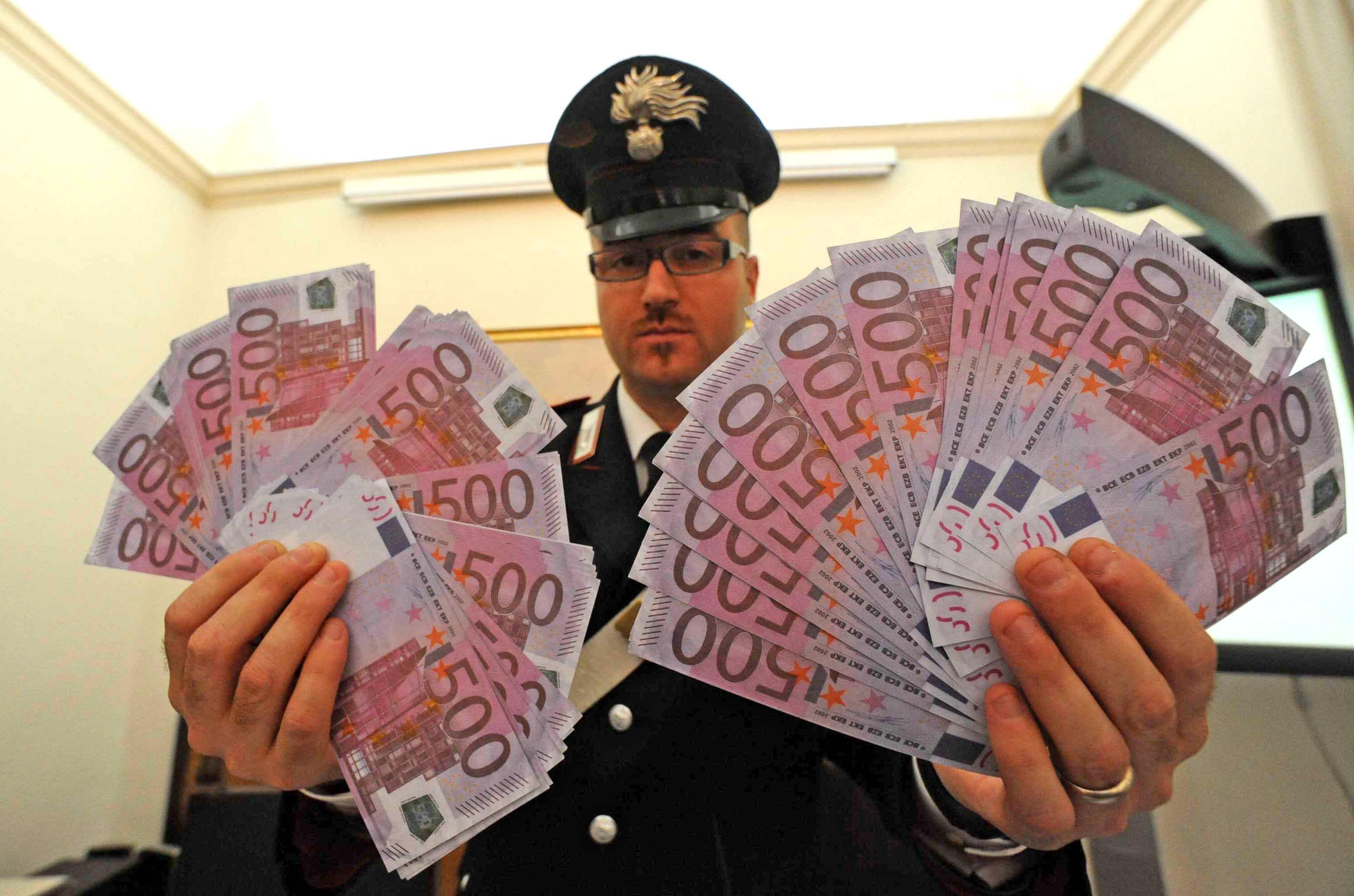 euro finti  Presta soldi finti a imprenditore in crisi falsario arrestato dai ...