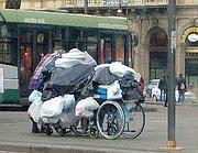 Un clochard trasporta le sue cose in Piazza Cinquecento