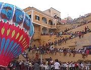 Una delle mongolfiere che vengono lanciate in occasione della festa patronale a Ventotene