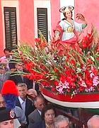 La statua di Santa Candida sul gozzo della processione (foto Zanini)