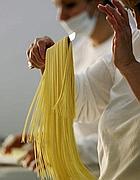 Si scolano gli spaghetti (foto Afp)