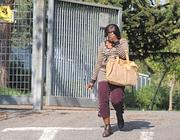 La donna nigeriana all'uscita dal commissariato (Proto)
