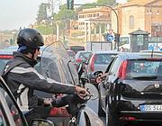 Congestione di auto e motorini in largo Corrado Ricci (Jpeg)