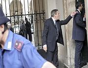 L'allontamento del senatore dell'Idv Stefano Pedica, da Palazzo Chigi il 2 settembre. Il senatore ha presidiato per settimane le riunioni del Consiglio dei ministri per protestare contro il mancato scioglimento del comune di Fondi (Ansa)