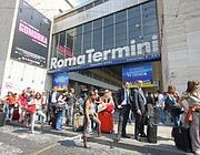 Turisti in coda al parcheggio taxi su via Giolitti (foto Jpeg)