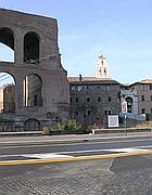 Il rattoppo di asfalto davanti a Massenzio (foto Zanini)