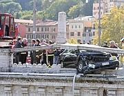 L'auto in bilico su Ponte Vittorio (foto Jpeg)