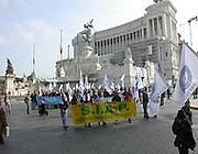 Una tranche del corteo in piazza Venezia sotto l'Altare della Patria (Zanini)