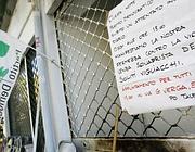 Un cartello sulla serranda del circolo condanna «la violenza squadrista» (Eidon)