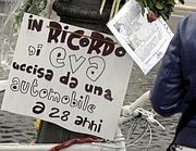 Il cartello in Via dei Fori Imperiali in ricordo della ragazza uccisa in bicicletta da un taxi (foto Jpeg)