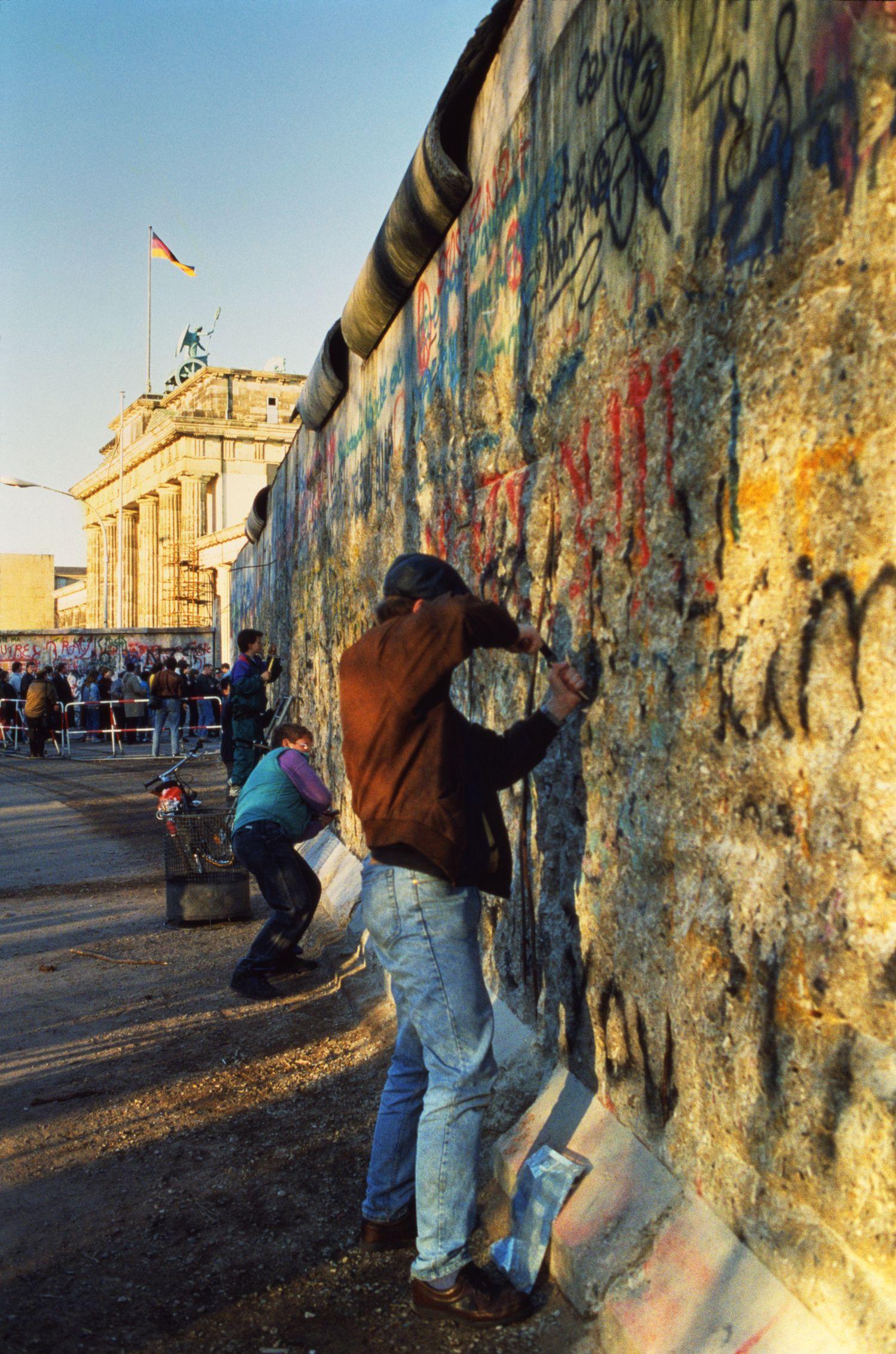 Una delle immagini nella mostra «Il Muro di Berlino, vent'anni dopo»