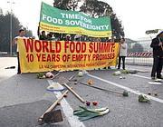 La protesta degli attivisti davanti alla sede della Fao (Reuters)